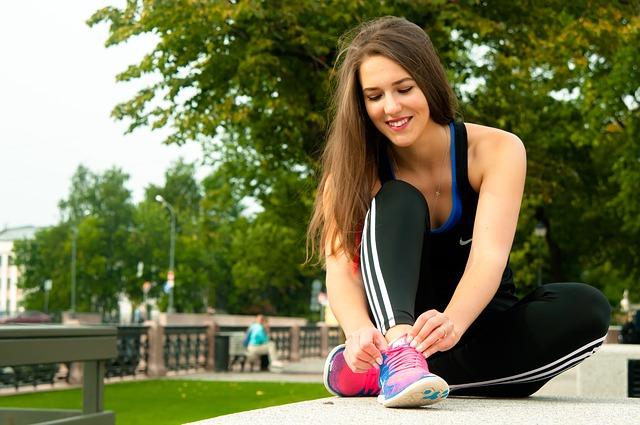 Kobieta zakłada sportowe buty