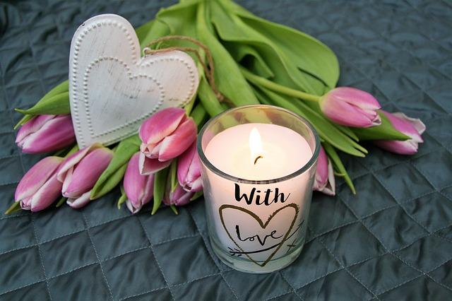 Różowe tulipany i drewniane serce