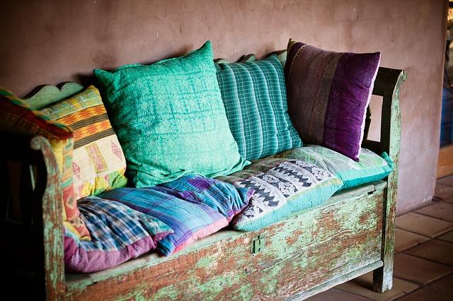 Kolorowe poduszki na starej kanapie