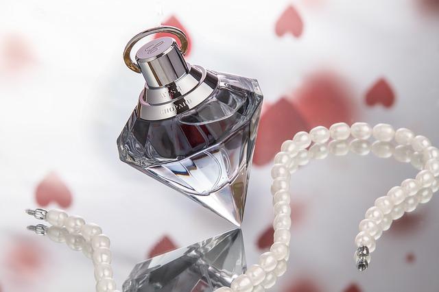 Jak odróżnić oryginalne perfumy od podróbek? Proste sposoby!