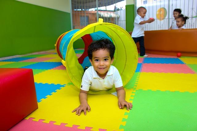 Dziecko bawi się w kolorowym tunelu