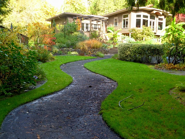 Palisada ogrodowa: palisada łupana, drewniana… Pomysły na ogrodową palisadę