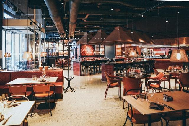 Jak wyposażyć restaurację? Jakie stoły, krzesła do gastronomii, jakie urządzenia musisz kupić, gdy otwierasz lokal gastronomiczny?