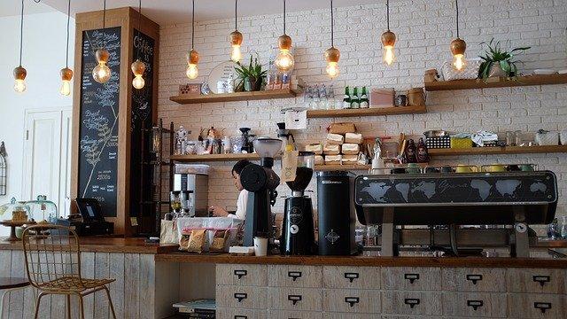Prowadzisz restaurację, kawiarnię? Zobacz, jakie stoły i krzesła do gastronomii warto kupić?