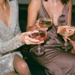 Jakie modne dodatki do sukni wieczorowej?