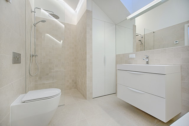 Włoskie płytki do łazienki o niewielkich rozmiarach. Jak urządzić małą łazienkę?